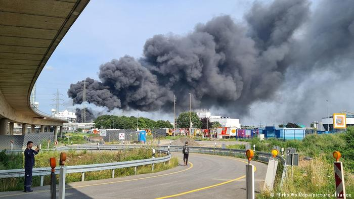 Fumaça preta saindo de parque químico