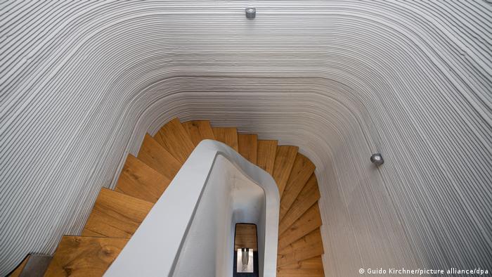 Вид лестницы на второй этаж сверху