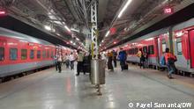 Die Metro Kalkutta hat die Frequenz erhöht, weil der Nahverkehrszugverkehr weiterhin ausfällt. Trains in sealdah railway platform in pandemic situation