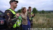 DW-Reporterin von Nahmen mit litauischen Grenzschützer Vitautas und Justas