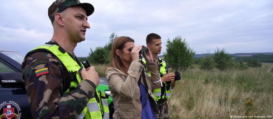 DW's Alexandra von Nahmen with Lithuanian border guards Vitautas and Justas