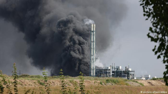 Aus dem Chemiewerk steigt eine dunkle Rauchwolke auf