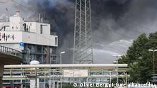Löscharbeiten im Chempark. Nach einer Explosion seien Feuerwehr, Rettungskräfte und Polizei aktuell im Großeinsatz, erklärte die Polizei. Mehrere Menschen sind laut Polizei verletzt worden.