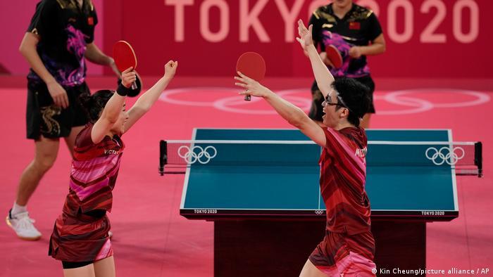 水谷隼和伊藤美诚在胜利后热情欢呼。