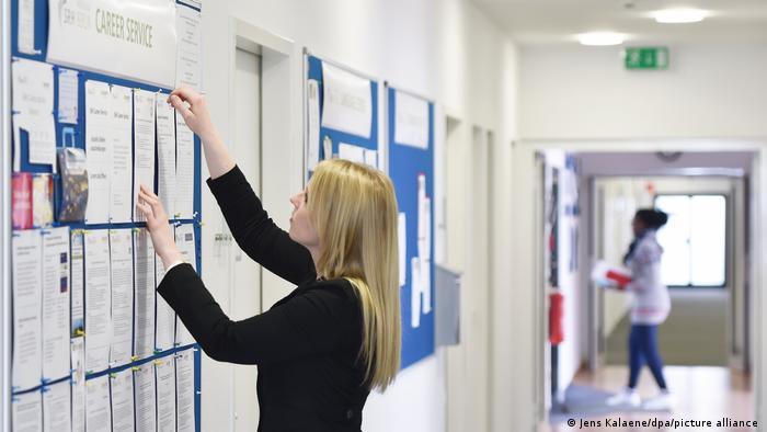 Дошка оголошень про роботу в одному з вишів Берліна
