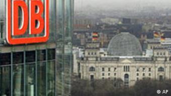 Logo der Deutschen Bahn an ihrem Hauptsitz in Berlin (Foto: AP)
