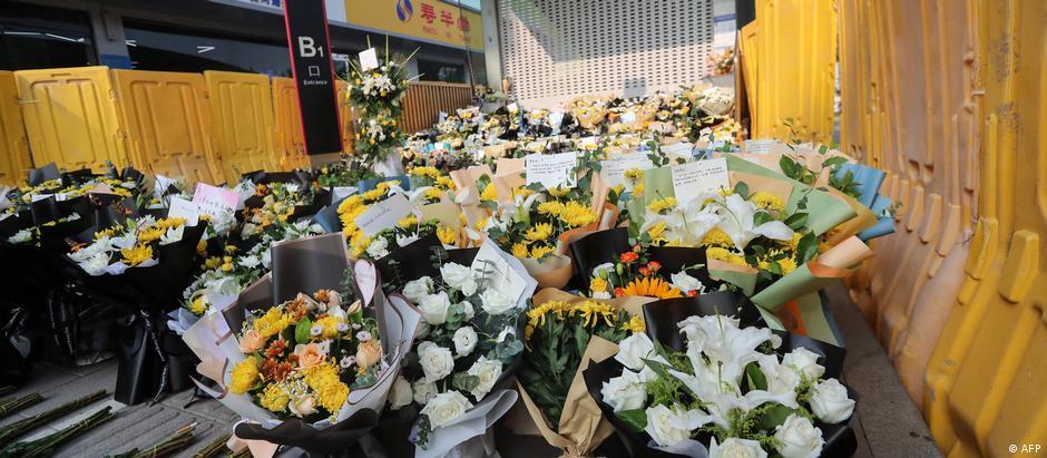 郑州5号线地铁口前 悼念死者鲜花被黄色挡板围住