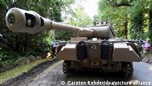 02.07.2015, Kiel, Deutschland, Ein Panzerkampfwagen von Typ Panther steht zum Abtransport bereit. Wegen unerlaubten Besitzes desWehrmachtspanzers muss sich derzeit ein 84-Jähriger vor dem Landgericht Kiel verantworten. (Zu dpa «Zustand von Weltkriegspanzer aus Villa beschäftigt Juristen») +++ dpa-Bildfunk +++