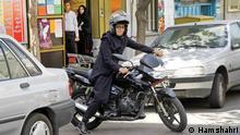 Titel: Motorrad Bildbeschreibung: iranische Polizei weigert sich Motorrad Führerschein für Frauen aus zu stellen. Motorrad fahren für Frauen bleibt im Iran Verboten, sagte Polizei Chef. Stichwörter: Iran, Frauen, Motorrad Quelle: Hamshahri Lizenz: Frei via Mahmood Salehi
