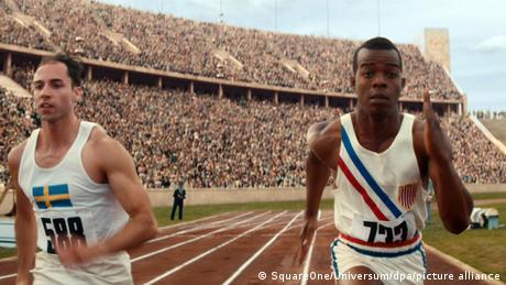 Zwei Männer rennen nebeneinander in einem Sportstadion. Szene aus dem Film Zeit für Legenden.