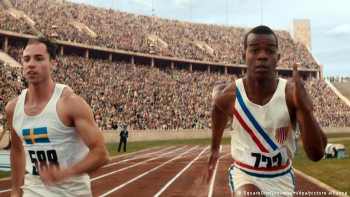 In einer Szene des Films Zeit für Legenden sprintet der Darsteller von Jesse Owens durchs Berliner Olympiastadion.