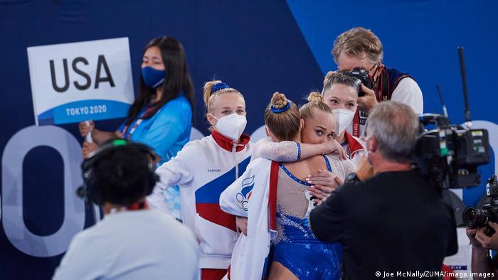 Российские спортивные гимнастки радуются победе на Олимпиаде в Токио