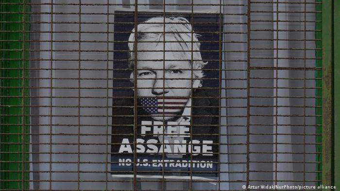 Free Julian Assange Banner Proteste