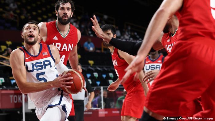 صحنهای از دیدار تیمهای ملی بسکتبال ایران و آمریکا در المپیک توکیو