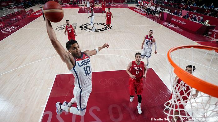 صحنهای از دیدار تیمهای ملی بسکتبال ایران و آمریکا