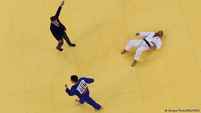 پیروزی ادوارد تریپل (چپ) از آلمان مقابل کریشتیان توتهاوس از مجارستان در دور یکچهارم نهایی رقابتهای جودوی مردان.