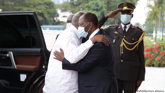 Accolade entre Alassane Ouattara et Laurent Gbagbo, le 27 juillet 2021, au palais présidentiel