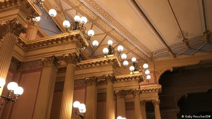 Säulen und Decke im Opernsaal des Bayreuther Festspielhauses.
