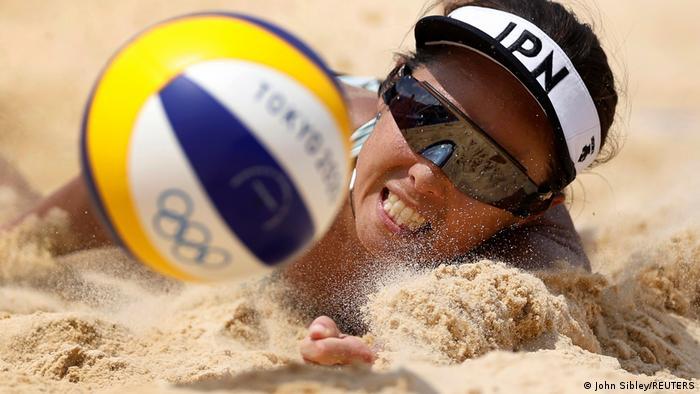 تلاش مگومی موراکامی، بازیکن تیم ملی والیبال ساحلی زنان ژاپن برای رسیدن به توپ.