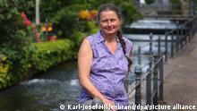 21.06.2021 *** Christiane Renz, Klägerin im Fischertagsprozess, sitzt am Stadtbach. Sie hatte für eine Teilnahme von Frauen am traditionellen Fischertag geklagt. Das Gericht gab ihr Recht. Der Verein legte Berufung gegen das Urteil ein. +++ dpa-Bildfunk +++