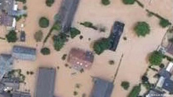 Luftaufnahme von Gebäuden, die bei Überschwemmungen versunken sind