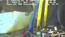 Der Screenshot zeigt ein Videobild der Arbeiten am abgedichteten Bohrloch im Golf von Mexiko vom 04.08.2010 von BP aufgenommen von einer ferngesteuerten Kamera. Mit dem «Static Kill»-Manöver ist das entscheidende Kapitel im Kampf gegen das Ölleck aufgeschlagen. Im Süden Louisianas schöpfen die Menschen Hoffnung - doch Sorge bereiten die Langzeitfolgen. Und auf die wichtige Öl-Industrie wollen - und können - sie nicht verzichten. Foto: BP/Screenshot/HO +++(c) dpa - Bildfunk+++ Öl