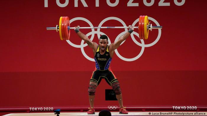 El atleta de 25 años se alzó con la plata en levantamiento de pesas, división de 73 kilogramos. Esta es la segunda medalla olímpica para Venezuela en esta disciplina. Mayora levantó 156 kilogramos en el arranque y 190 en el envión para una marca total de 346. Por su parte, El chino Zhiyong Shi revalidó su medalla de oro de Rio 2016 con un total de 364 kilogramos, un récord mundial (28.07.2021).