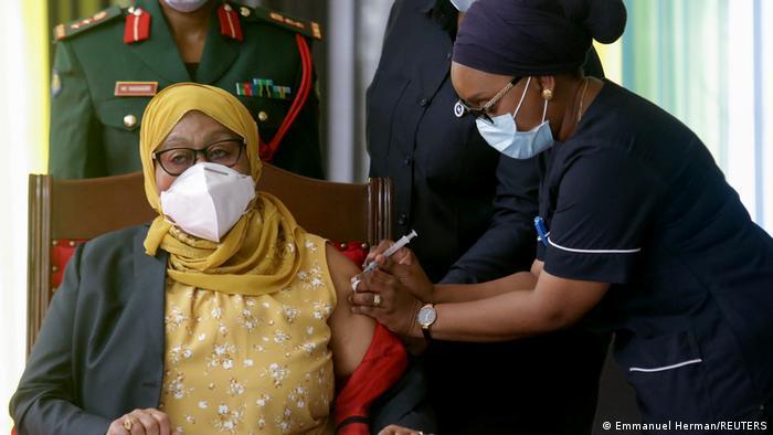Samia Suluhu Hassan bekommt die Impfung