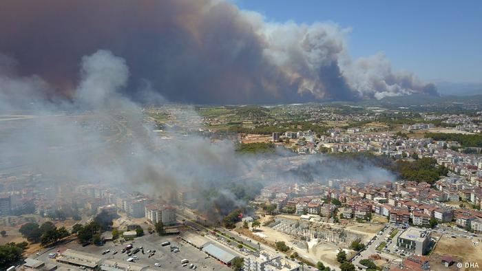 Türkei   Waldbrand in Antalya bedroht Häuser