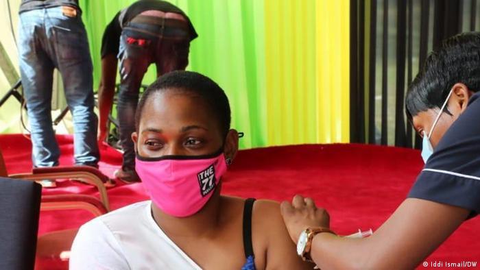 Tansania Daressalam | Coronavirus | Impfung Hawa Bihoga, DW-MItarbeiterin