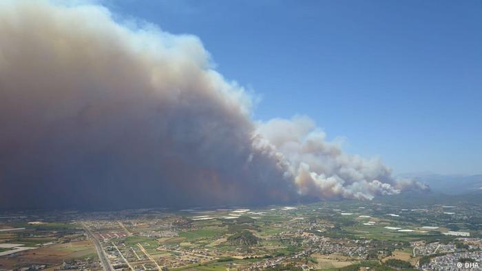 Türkei | Waldbrand in Antalya bedroht Häuser
