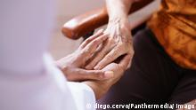 Doctor Vising Senior Woman In Old People Home model released Symbolfoto PUBLICATIONxINxGERxSUIxAUTxONLY Copyright: xdiego.cervox Panthermedia16717660