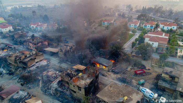 Manavgat'taki yangın evleri kül etti