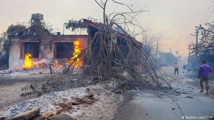 Türkei Zerstörte Gebäude nach Waldbränden zwischen Antalya und Manavgat