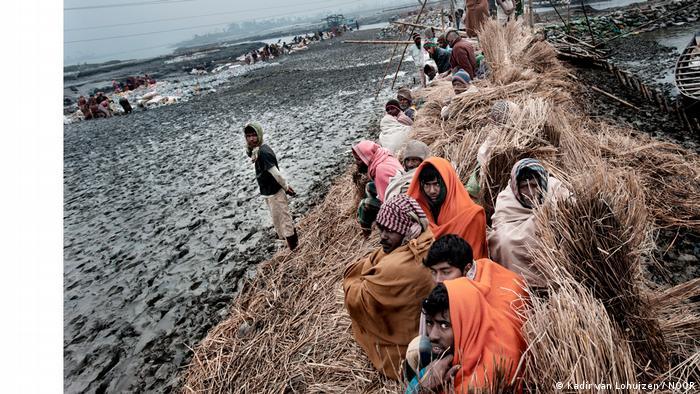 Construcción de un dique en Bangladesh.