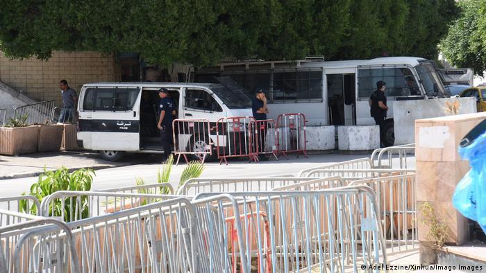Polizisten und Absperrgitter in Tunis