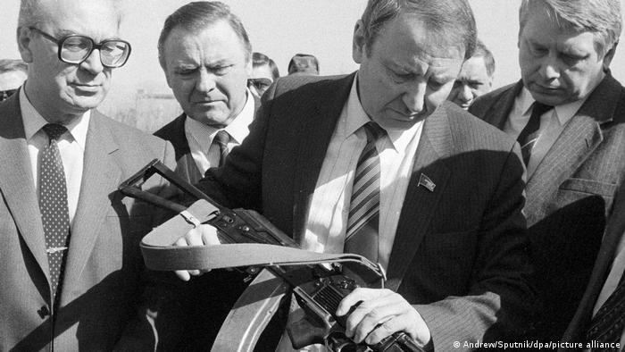 Олег Бакланов (с автоматом) в 1988 году