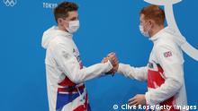Zwei der Olympioniken von Team Great Britain schütteln sich bei der Medaillen-Zeremonie die Hand