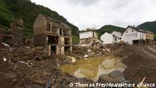 Häuser sind nach der Flut total zerstört. Tagelang waren die Einwohner an der Ahr nach der Flut von der Außenwelt abgeschnitten. Sie haben ihr Schicksal selbst in die Hand genommen.(Zu dpa: Alle für alle: Wie sich ein Dorf selbst aus dem Schlamm gekämpft hat)