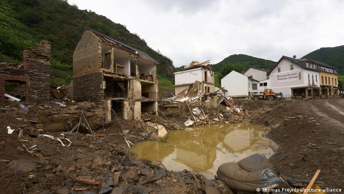 Kuće u područjima u Nemačkoj koja su pogođena poplavama potpuno su uništene. Stanovnici Ara danima su bili odsečeni od sveta i morali su da uzmu stvari u svoje ruke. Pod sloganom: Svi za sve.