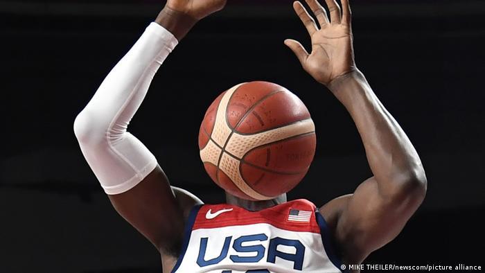 صحنهای دیدنی از بم آدبایو، ملیپوش بکستبال آمریکا در مصاف این تیم مقابل بسکتبالیستهای ایران.