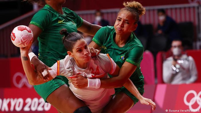 صحنهای از تلاش بازیکنان سبزپوش تیم ملی هندبال زنان برزیل برای مهار آلیسیا فرناندز، ملیپوش اسپانیا.