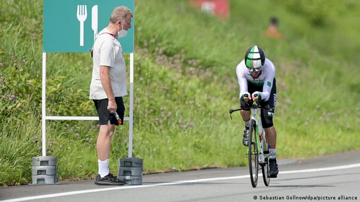پاتریک موستر (چپ)، مدیر تیم ملی دوچرخهسواری آلمان و راست در تصویر: عزالدین لعقاب، رکابزن الجزایری