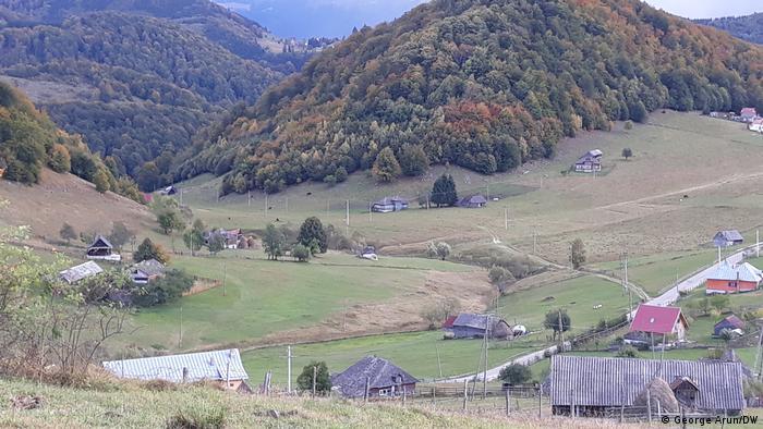 Satul Ciocanu se întinde pe mai multe văi și dealuri