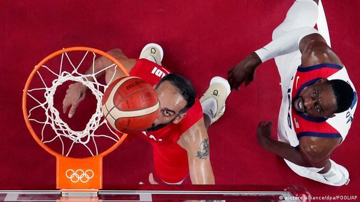 نبرد حامد حدادی (چپ) و بم آدبایو در دیدار تیمهای ملی بسکتبال ایران و آمریکا که با پیروزی ایالات متحده به پایان رسید.