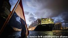 """旅途多舛:""""长赐""""号抵达欧洲最大深水港——鹿特丹港"""