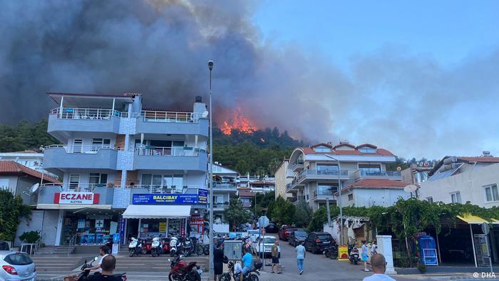 موهیتین بوجک، شهردار آنتالیا میگوید که آتشسوزی در چهار نقطه مختلف آغاز شد و به مناطق اطراف سرایت کرد.. او در ادامه افزود که چهار محله تخلیه شدند.