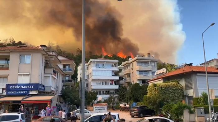 در آتشسوزیها حداقل ۳ نفر کشته و ۱۸۳ نفر زخمی شدهاند. ۵۳ نفر از زخمی شدگان هنوز هم در بیمارستان بستری هستند. صحنهای از آتشسوزی در شهر ساحلی مارماریس .