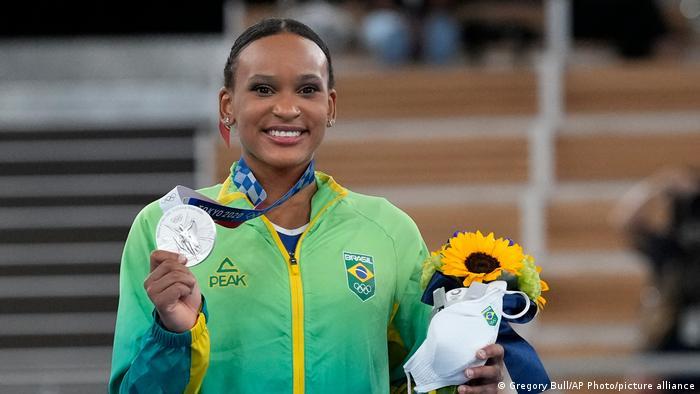 La brasileña Rebeca Andrade muestra su medalla de plata en gimnasia artística femenina.