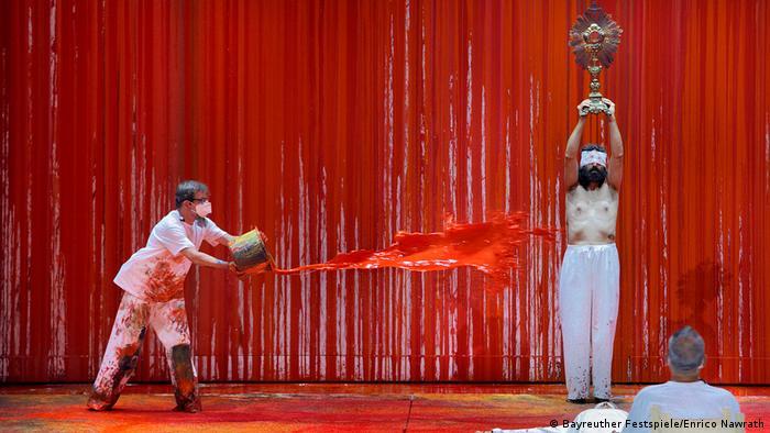 Hombre lanza pintura roja en obra de Wagner.
